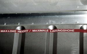 Die mit einer roten Folie gekennzeichnete maximale Ladungshöhe sollte nicht überschritten werden